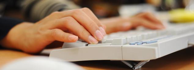fingre på tastatur