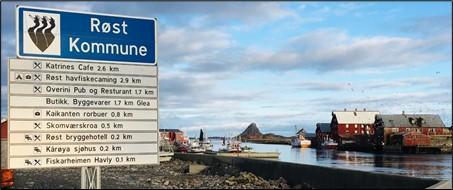 Første møte med Røst når du kommer med ferja. Rorbuene på Kårøya til høyre. Foto: FYB, 2021